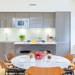 kitchen and dining area in america square apartments, london