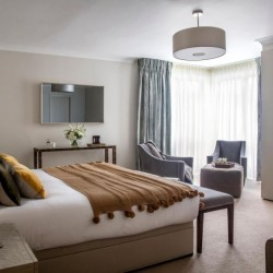 4 bedroom serviced apartment with king size bed, Green Park Apartments, Mayfair, London SW1